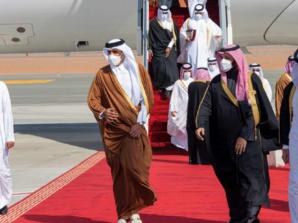 Le prince héritier d'Arabie saoudite, Mohammed Ben Salmane, accueillant l'Emir du Qatar, le Cheikh Tamim Ben Hamad Al Thani