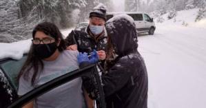Bloqués dans les embouteillages, les infirmiers administrent le vaccin aux automobilistes