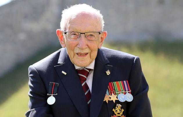 Covid-19 : Décès à 100 ans de Tom Moore, ancien combattant britannique et héros du premier confinement