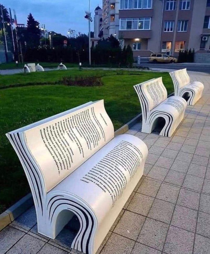 Lire sur un banc public