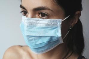 Pourquoi porter des masques doubles ou ajustés protège mieux contre le coronavirus