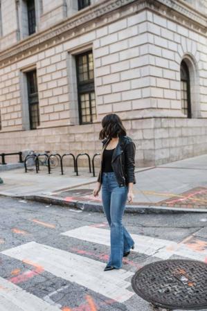 Les pantalons évasés, de nouveau à la mode