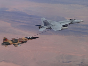 Un F-5 marocain ravitaillé en vol par un F/A-18 Super Hornet américain