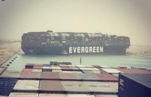 Le porte-conteneurs 'Ever Green' échoué au travers du Canal de Suez