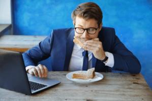 Arrêtez de manger devant vos écrans, découvrez pourquoi !