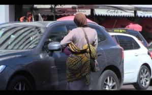 Une mendiante avec un faux bébé arrêtée