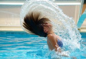 Piscine : Comment protéger sa peau et ses cheveux du chlore?