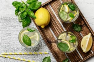 Une citronnade rafraîchissante au basilic