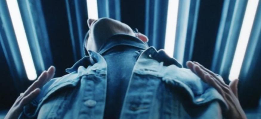 H&M crée une veste pour s'enlacer malgré la distanciation sociale