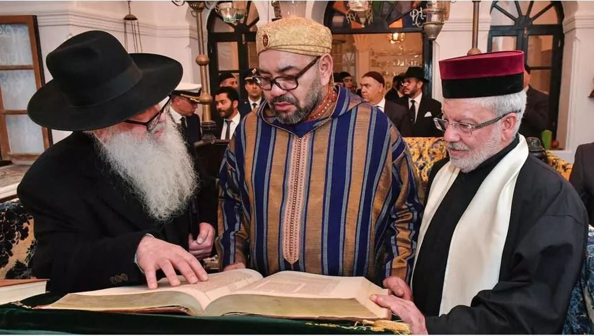 SM Mohammed VI en compagnie des grands rabbins du Maroc et de Casablanca