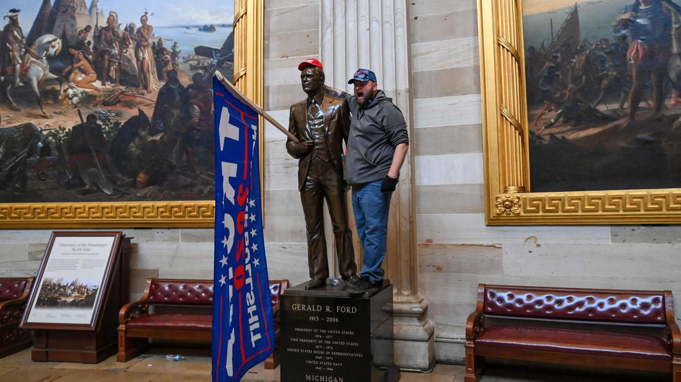 Un partisan de Trump se faisant prendre en photo au sein du Capitole