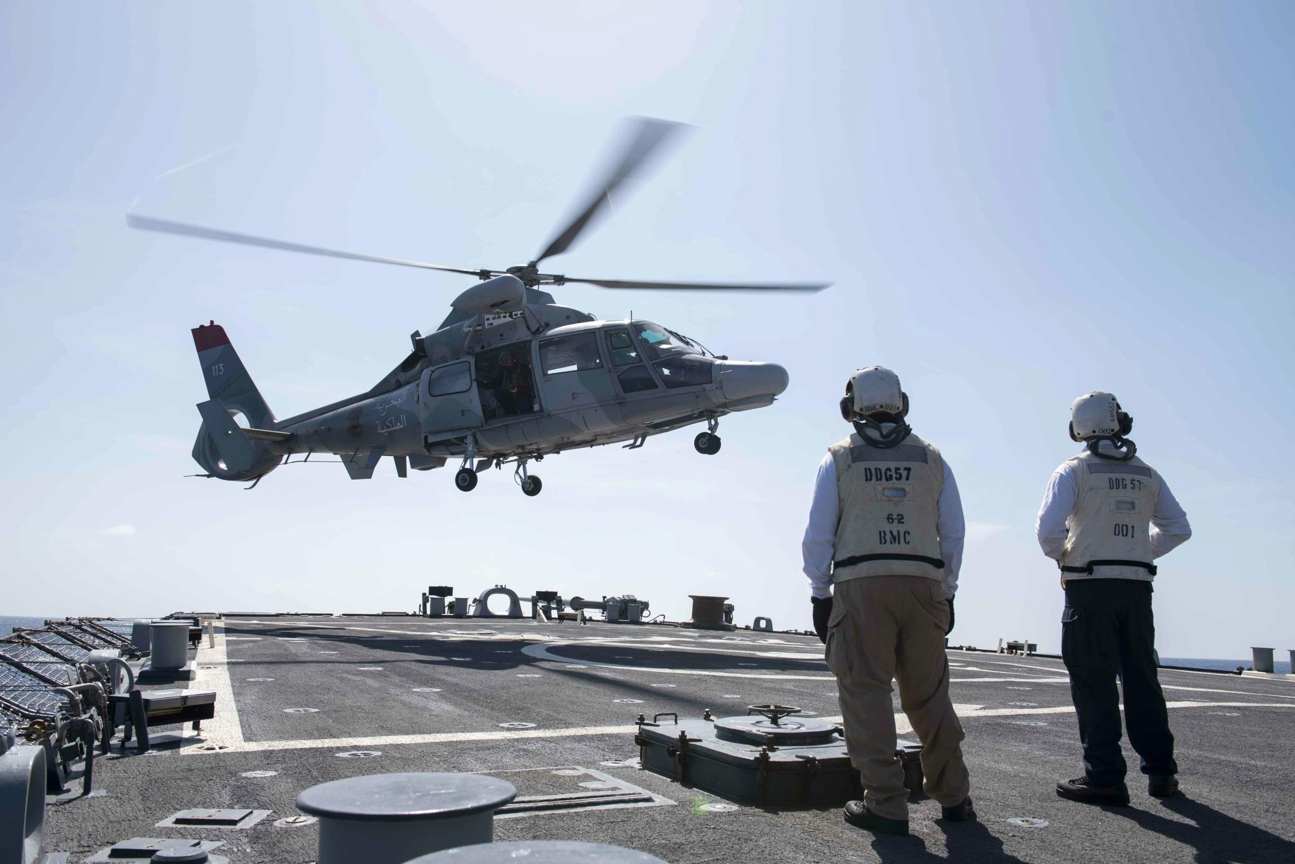 Un hélicoptère Panther de la Marine Royale en train d'aponter sur le destroyer américain USS Mitsher
