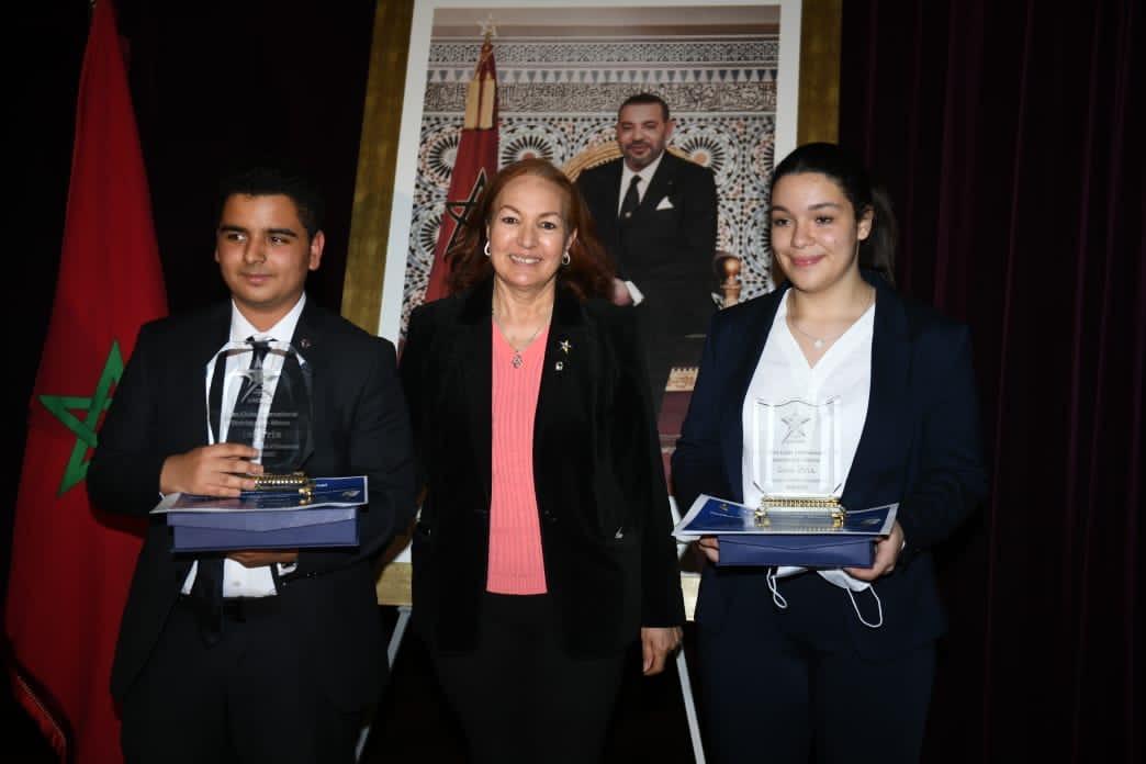 Amina Lahmil, présidente de la commission du concours, accompagnée des deux gagnants, Amine Lehna, et Malak Belahcen