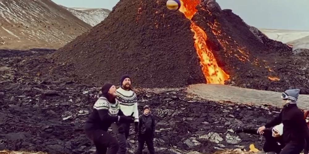 Islande : Ils jouent au volley-ball près d'un volcan en éruption.