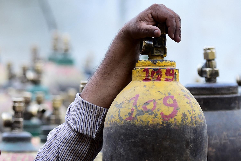 Une bouteille d'oxygène, plus recherchée en Inde que le vaccin