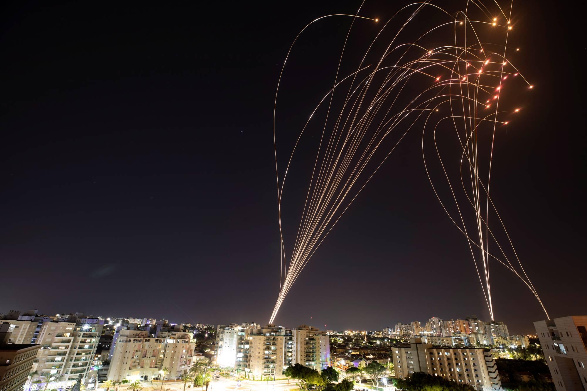 Missiles palestiniens et contre-missiles israéliens éclairent la nuit