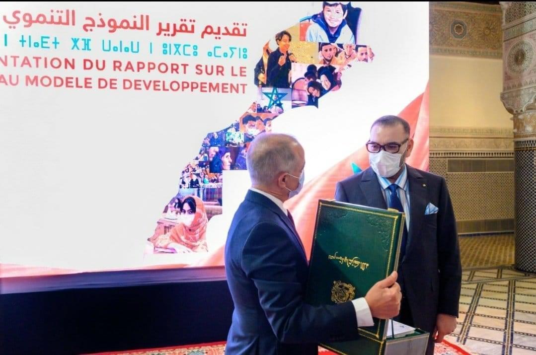 SM le Roi recevant une copie du rapport sur le NMD de la part du président du CSMD, Chakib Benmoussa