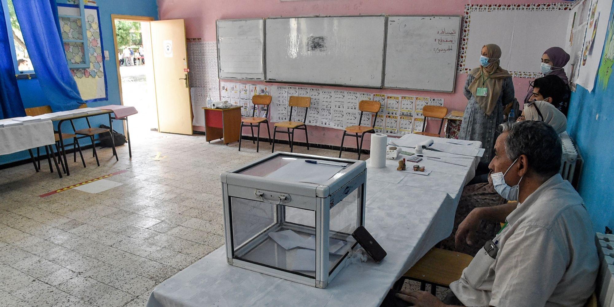 Elections législatives en Algérie : bureau de vote désert et urne presque vide