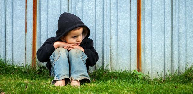 La maltraitance : encre rouge tachetant l'innocence infantile