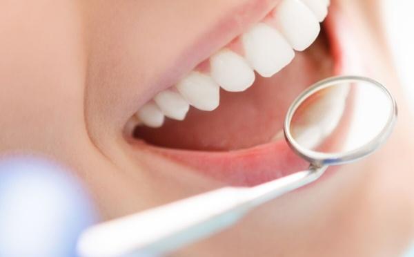 Une mauvaise santé bucco-dentaire peut s'avérer être grave et favorise les carenses alimentaires