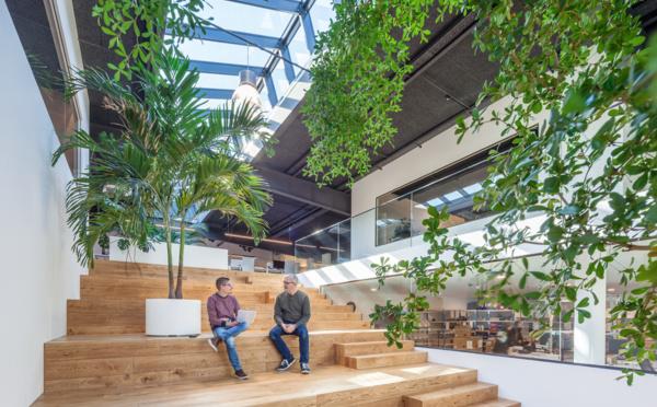 D'un entrepôt à un espace de travail lumineux et collaboratif