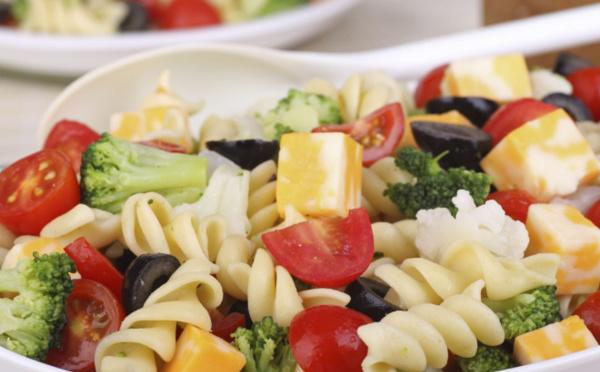 Salade de torti, brocoli, olives noires et comté au jus de betterave